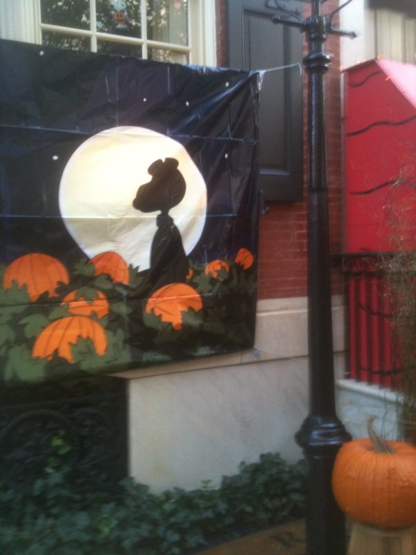 Best decorations EVER by a neighbor.  Happy Halloween!  cc: @Snoopy https://t.co/32q2wBuhv3