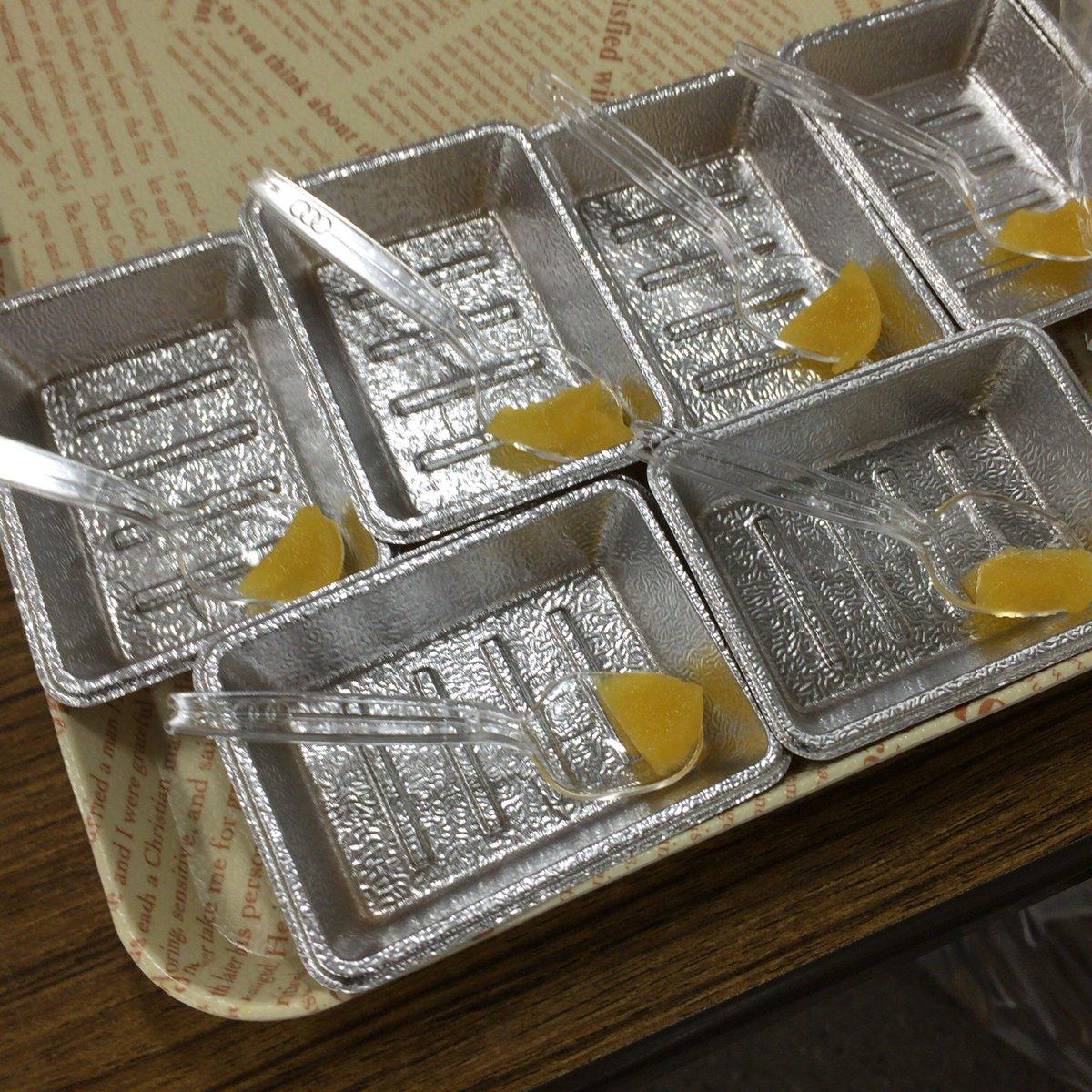 栄養科学科の給食テーマの展示物では、学校給食だけじゃなくて介護職の給食のことも。たくあんみたいな固いものが食べれないお年寄りのためにたくあんのムース。味はたくあんそのもの。 https://t.co/Ty9u6o2Yyb