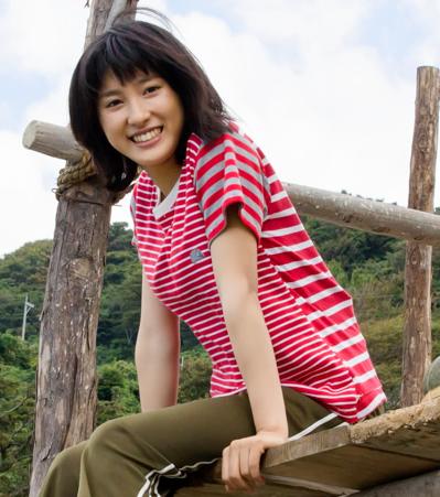 木の橋の上に腰を掛けてにっこりと笑顔の土屋太鳳