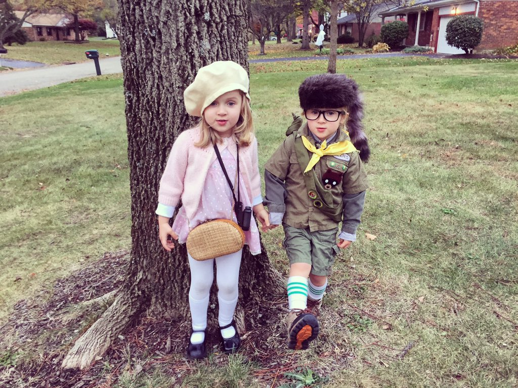 Sam (Heidi) and Suzy (Ramona) getting ready for some trick-or-treat fun! #MoonriseKingdom #WesAnderson #Halloween https://t.co/3uTpYCwzmv