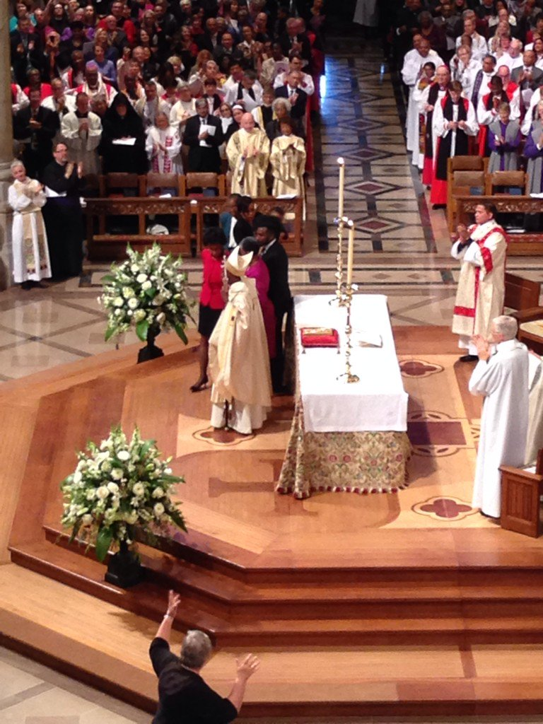 Congregation roars approval as #MichaelCurry receives primatial staff from 26th PB Jefferts Schori @iamepiscopalian https://t.co/a1CYG3l0kA
