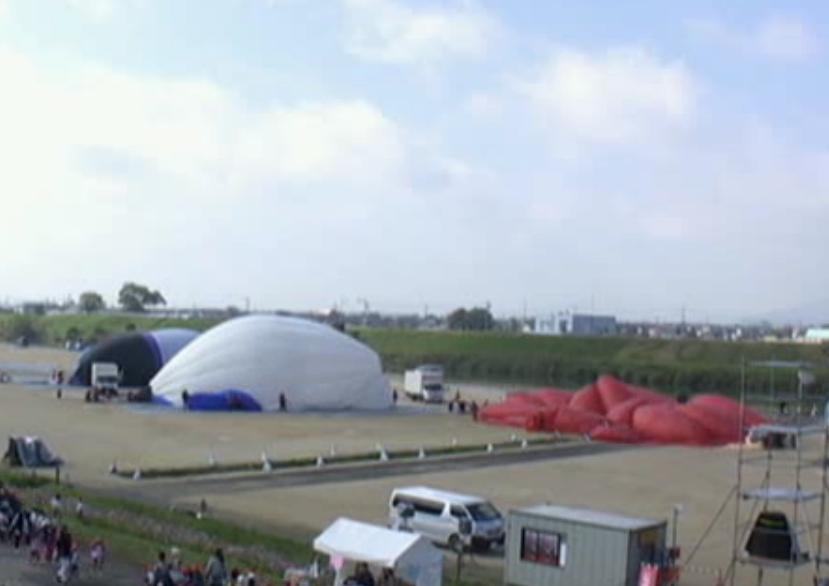 今日の佐賀バルーンフェスタの中継を見ながら。 「あの赤い熱気球、何の形なのかな?」 「明太子…?」 「イソギンチャクでしょ」 「ミノムシじゃない?」 「完全に膨らむまでわからないねぇ…」 ==30分後== 全員「何?????」