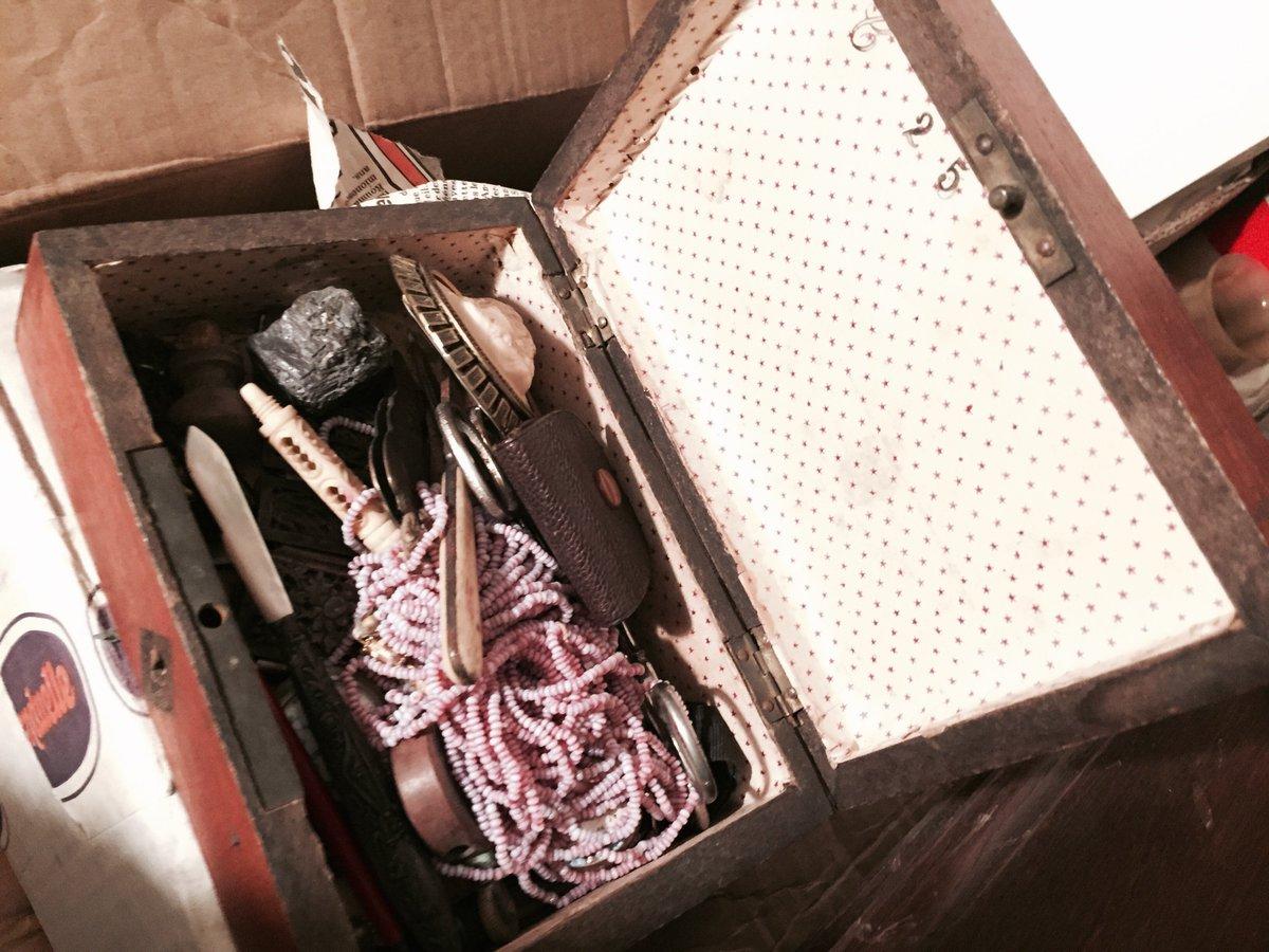 Il y a cette boîte avec plein de petites choses, comme plein de petites choses auxquelles on tient #Madeleineproject https://t.co/4vZHOCyVKT