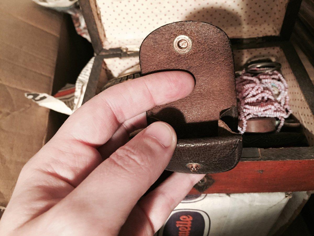 Dedans il y a ce tout petit écrin en cuir, et dedans... ? #Madeleineproject https://t.co/aqIHPaszfi