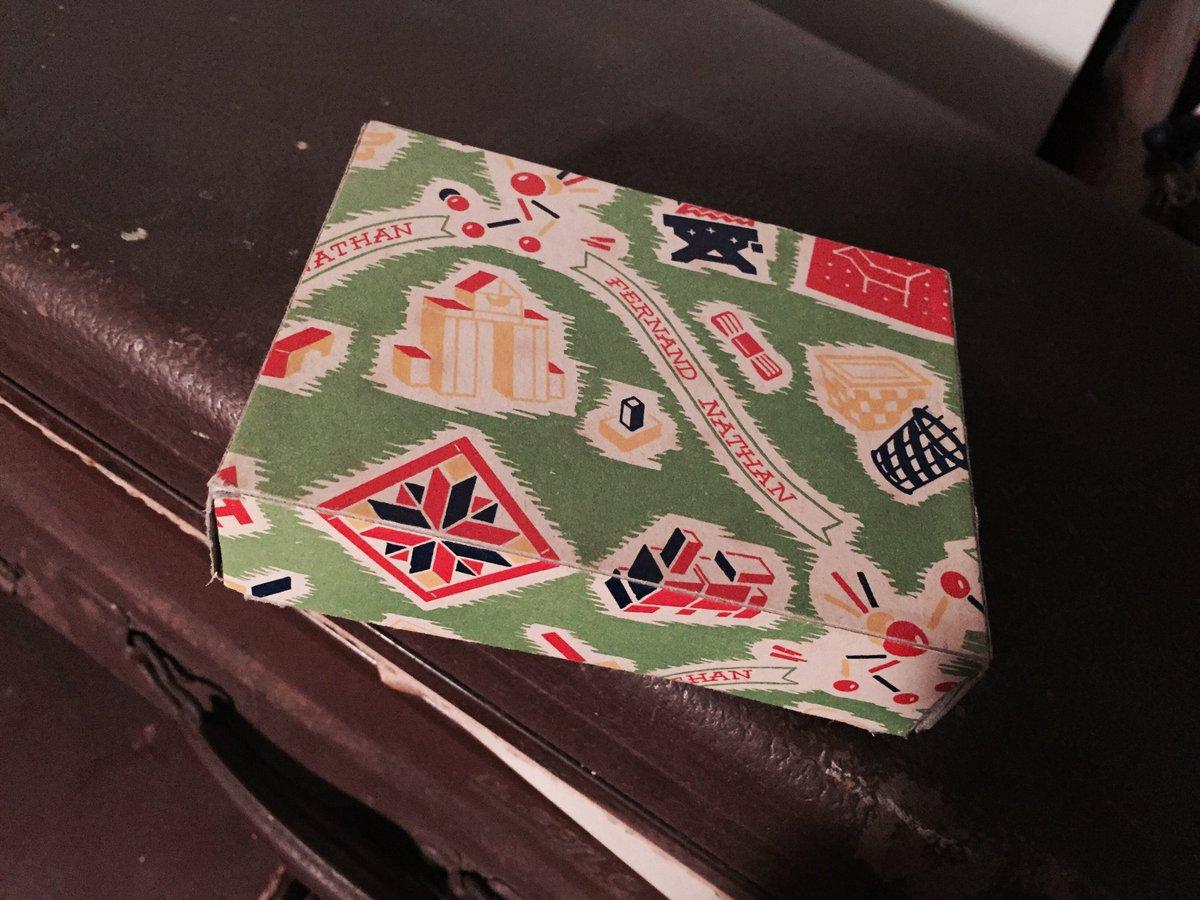 Encore une jolie petite boîte, en carton celle-là, avec quoi dedans ? #Madeleineproject https://t.co/KQw8PJs137