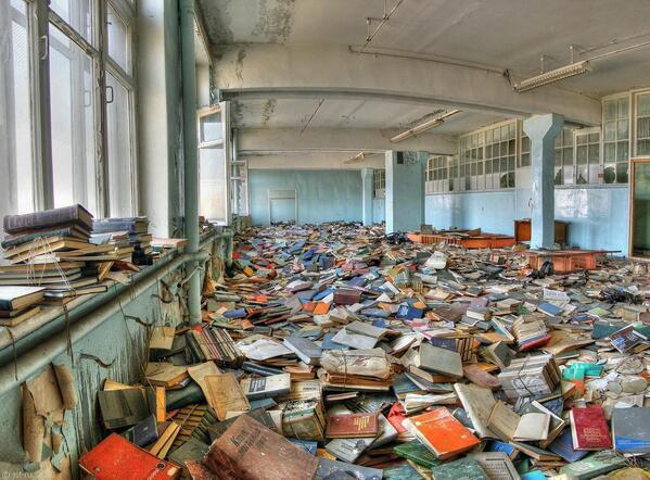 Librería abandonada en Moscow, Rusia. https://t.co/wswP3A7TnI
