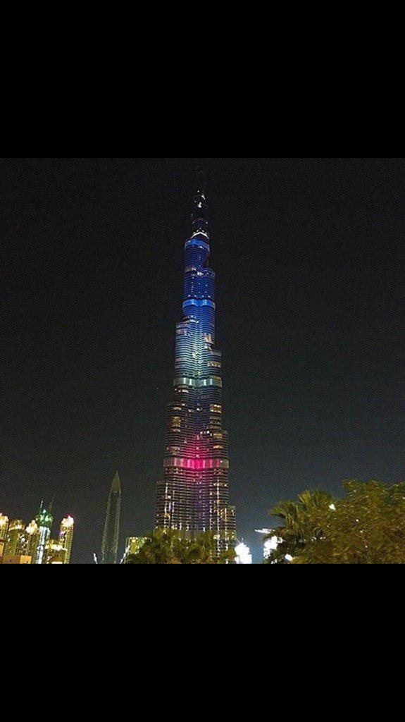 Burj Khalifa draped in French flag colors #Dubai #Prayers4Paris https://t.co/sJLq6yoNR5