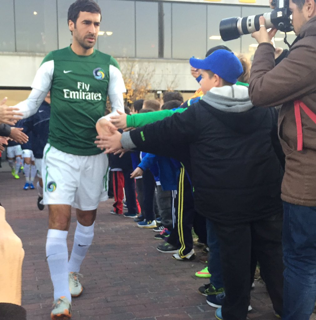 Raúl leads the walk out for the @NYCosmos as he prepares for his final game. #TheChampionshipFinal https://t.co/gTr6qx8MH8