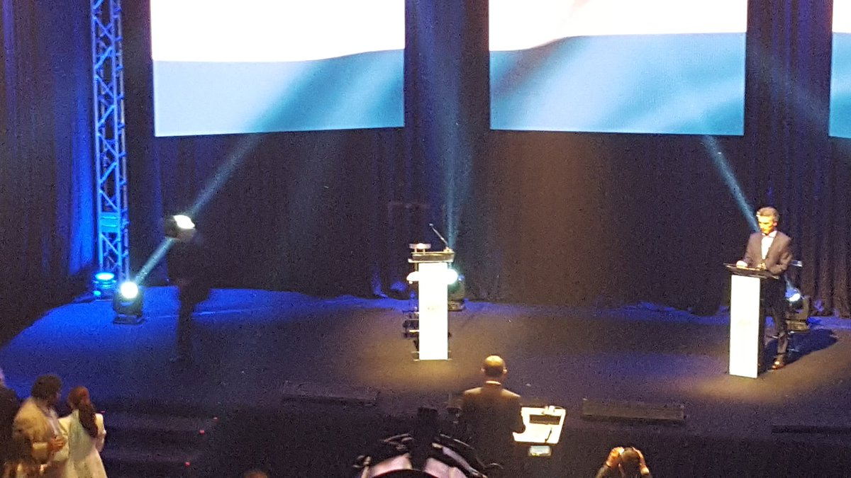 Momento de la pausa y Scioli sale apurado del escenario. Luego Macri #ArgentinaDebate https://t.co/i88WdeIhEr