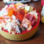 北海道民がうらやましすぎる!ナニコレ級てんこ盛り海鮮丼