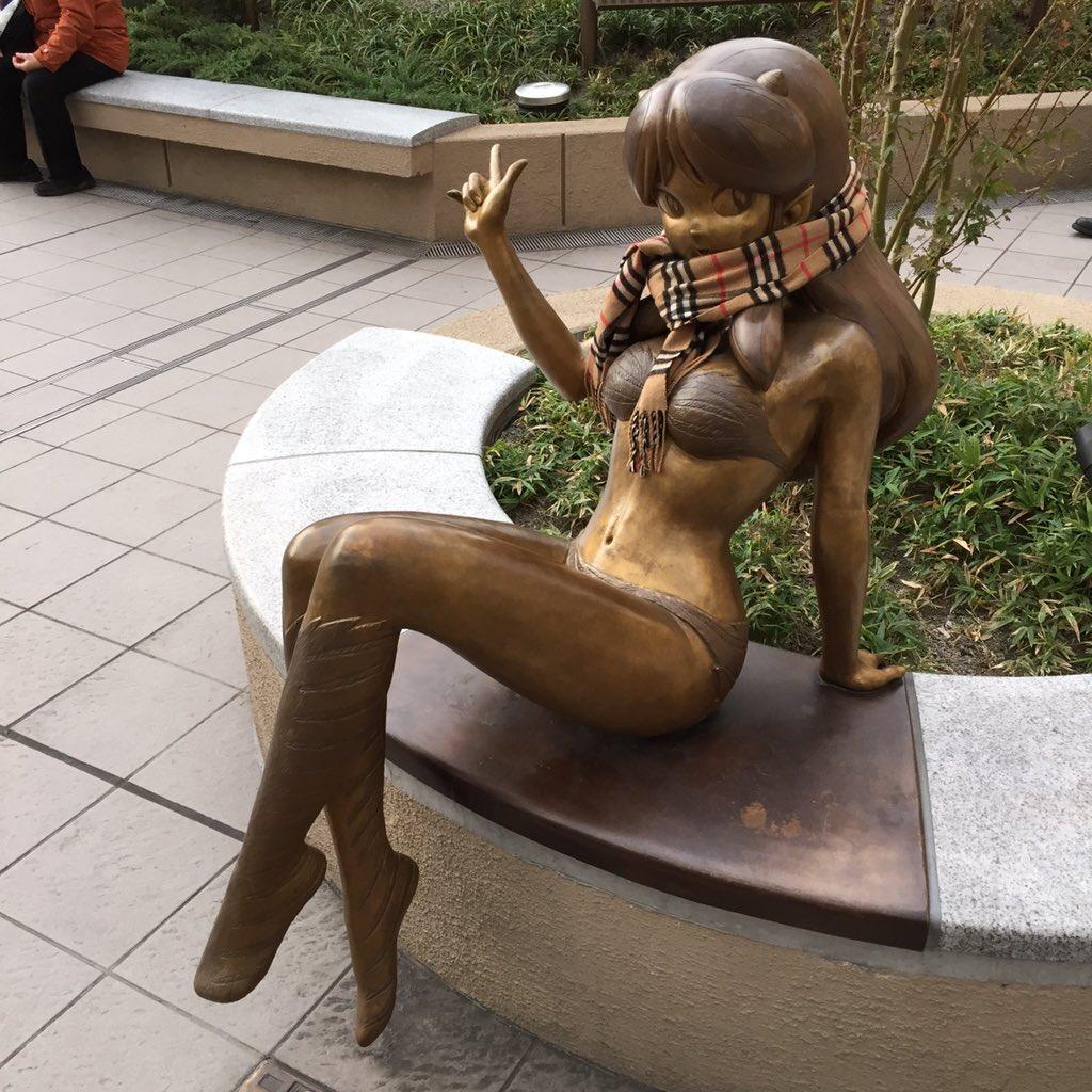 ラムちゃん像に誰かがマフラーを巻いていて、お地蔵さん化している。きっと夜になったら恩返しに来る。 pic.twitter.com/DogWMB1qHB