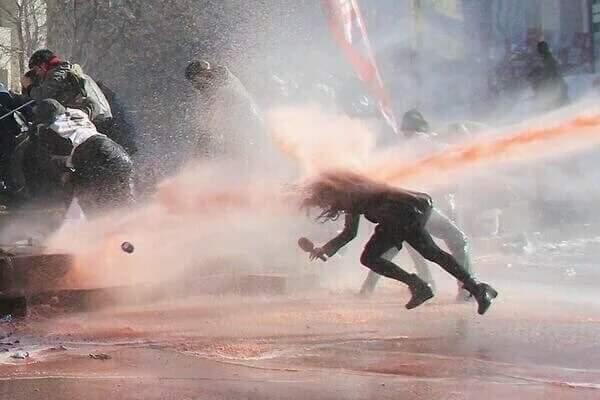 사람이 날라가는 살인 물대포 https://t.co/kafpEBYJwn