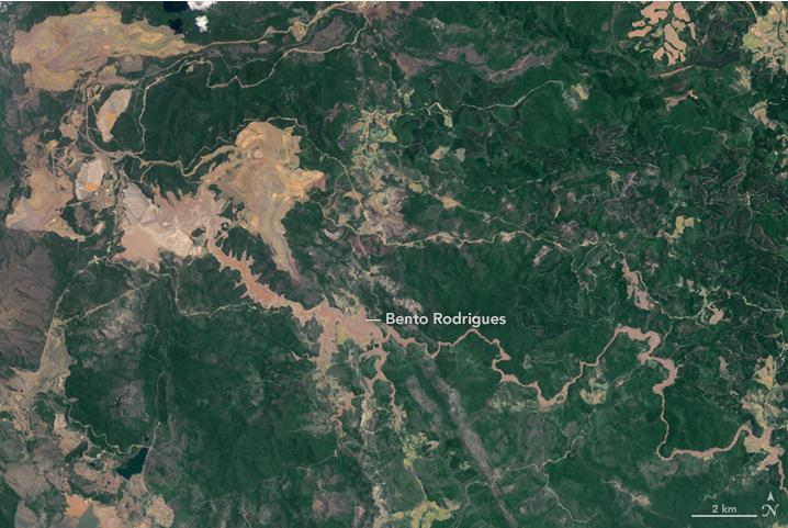 Foto della NASA che mostra il fiume di fango tossico e cosa e' rimasto di Bento Rodrigues.