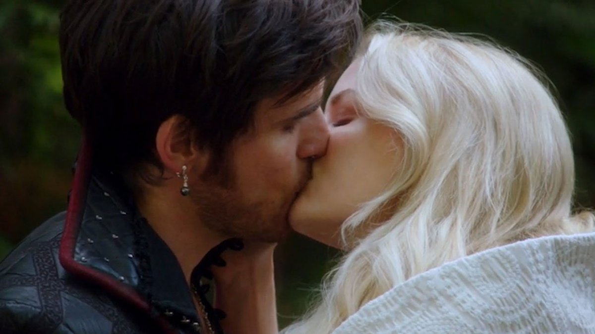 EXCLUSIVE: #CaptainSwan Exchange 'I Love You's (and a Ring!) in This #OnceUponATime Clip! https://t.co/Qh06Lro7hT https://t.co/GosFZkKIMz