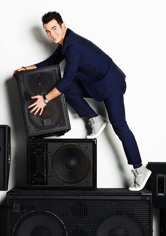 Happy 28th birthday @KevinJonas! #TBT #SpeakerClimbing #Fitness #BeforeSoulCycle https://t.co/JFBWZyKtKp