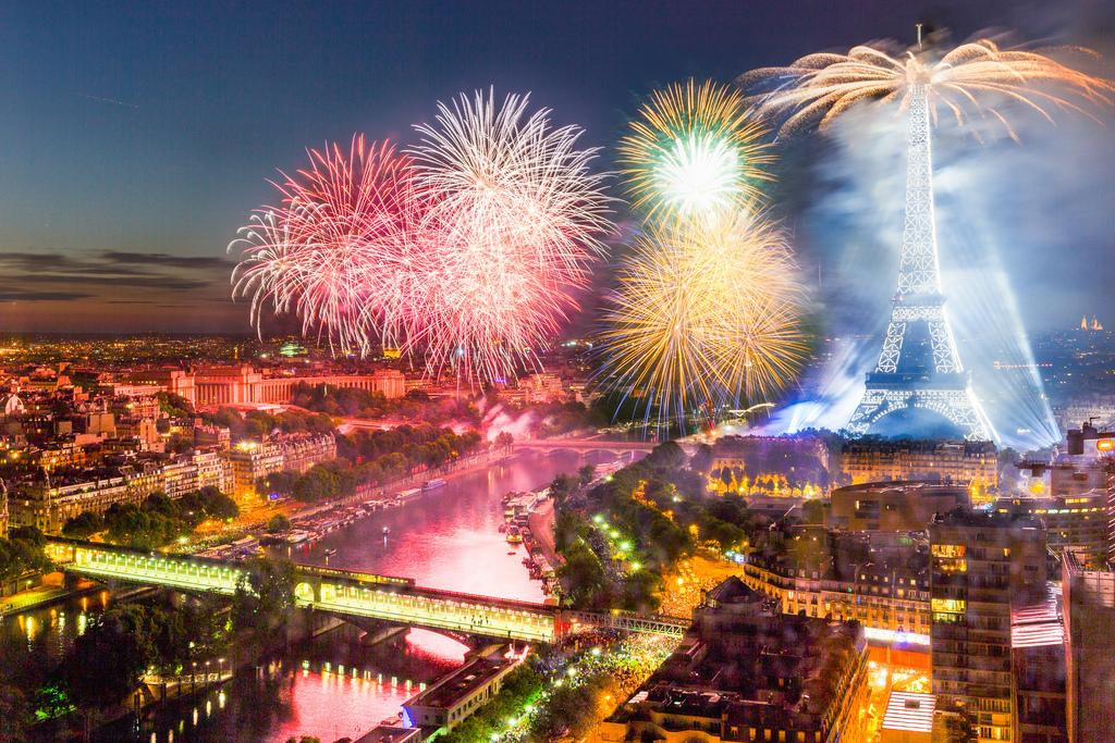 Fireworks in Paris #Photography by © Loic Lagarde https://t.co/ZjGQIxIEt5 c Piclogy
