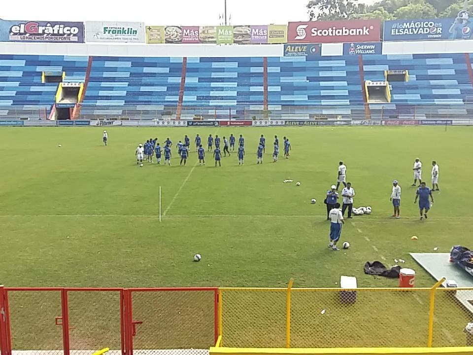 Estadio Cuscatlan es pintado de azul y blanco. CTI3r8EUYAAN9ru