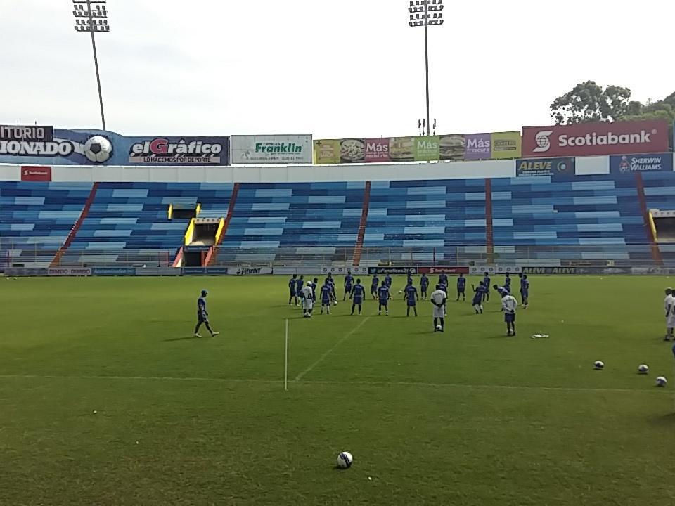 Estadio Cuscatlan es pintado de azul y blanco. CTI3sxzUwAA-2qM