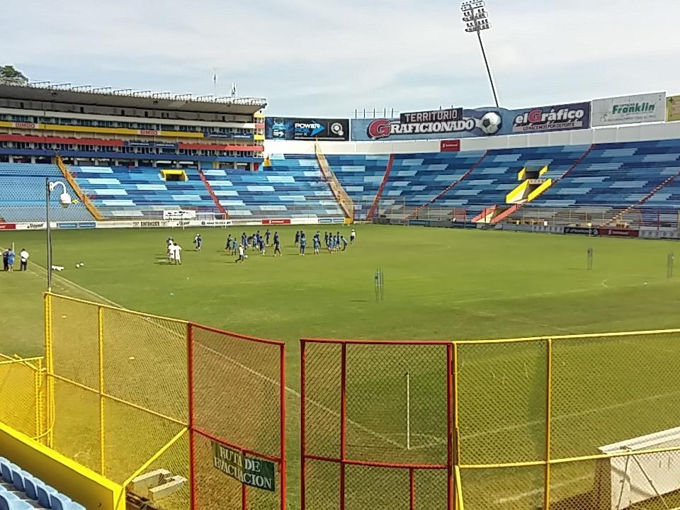 Estadio Cuscatlan es pintado de azul y blanco. CTI3tcWVEAAaq9m