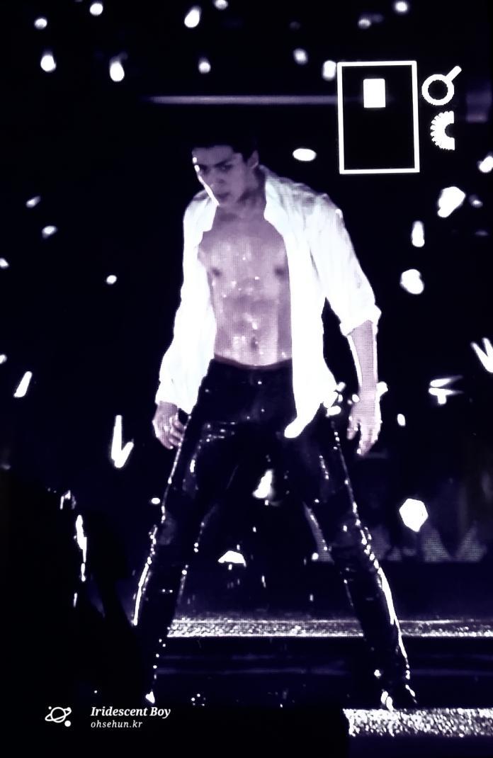 [Appreciation] Sehun graces Tokyo Dome with his abs
