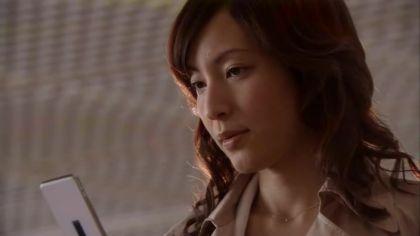 鋭い表情をしている鈴木杏樹