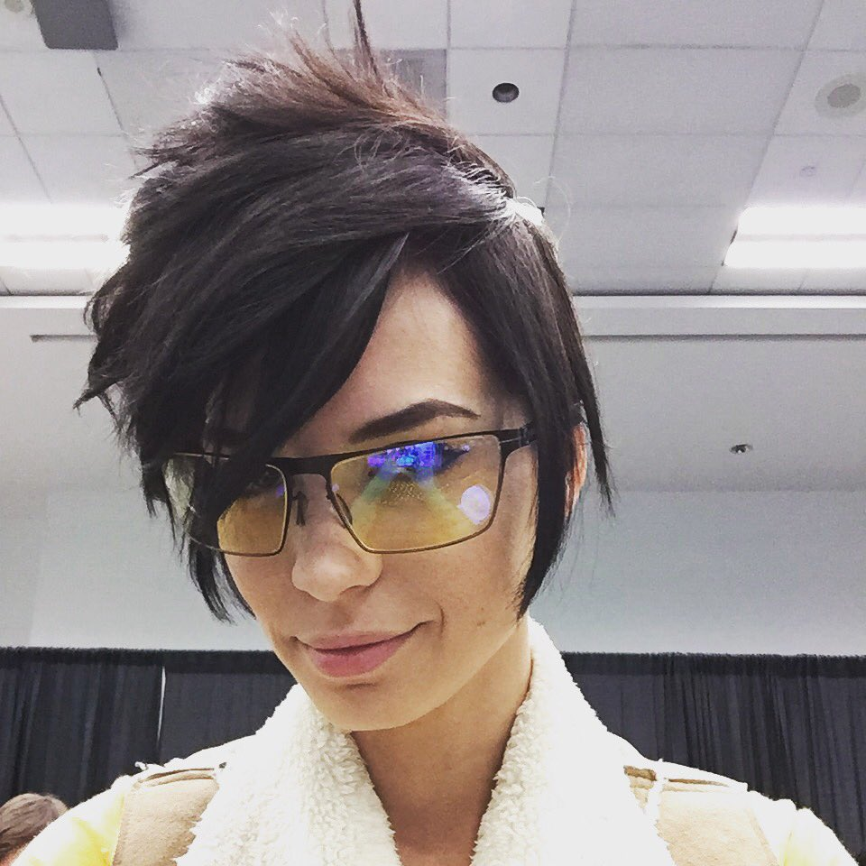 "pamela horton on twitter: ""ok, ok. i'll do a real #tracer cosplay"