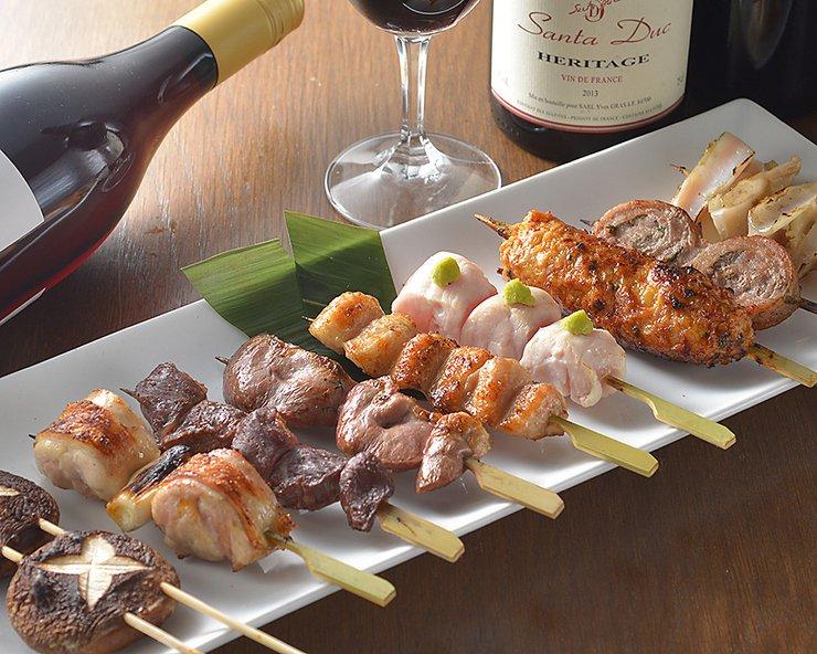 焼き鳥×ワインのマリアージュ。築地から届く朝挽き地鶏を使った焼き鳥は、ジューシーさをたっぷり味わえます。 #ヒトサラ #渋谷 #ワイン #焼き鳥  https://t.co/3cjXKWirad https://t.co/QcMi49lJGo