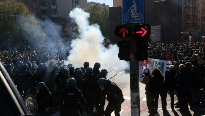#BolognaNonSiLega: Cops protect fascists and attack #antifa. ht @Souidos #MaiConSalviniglobal #Salvini #Berlusconi<br>http://pic.twitter.com/MpoVn4JMR0