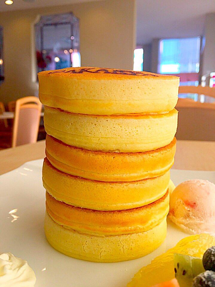 これなら並んでも食べたくなる豪華な超高層パンケーキ‼