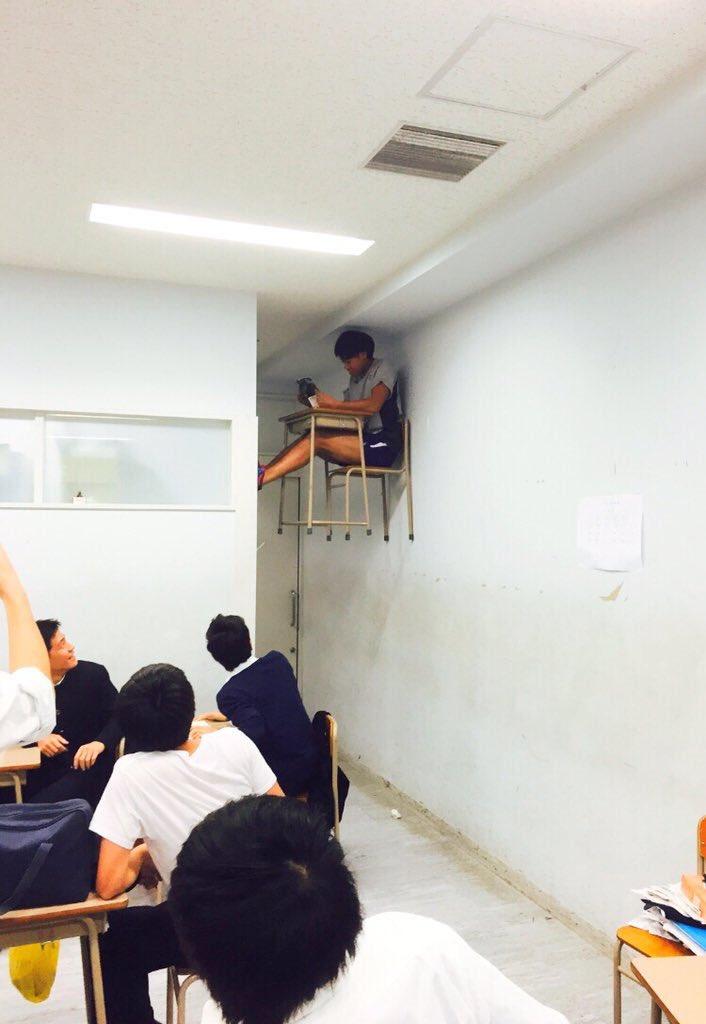 クラスで浮いてしまっているんです・・・物理的にwww