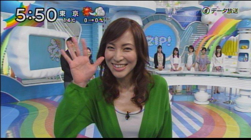 手を振っている鈴木杏樹