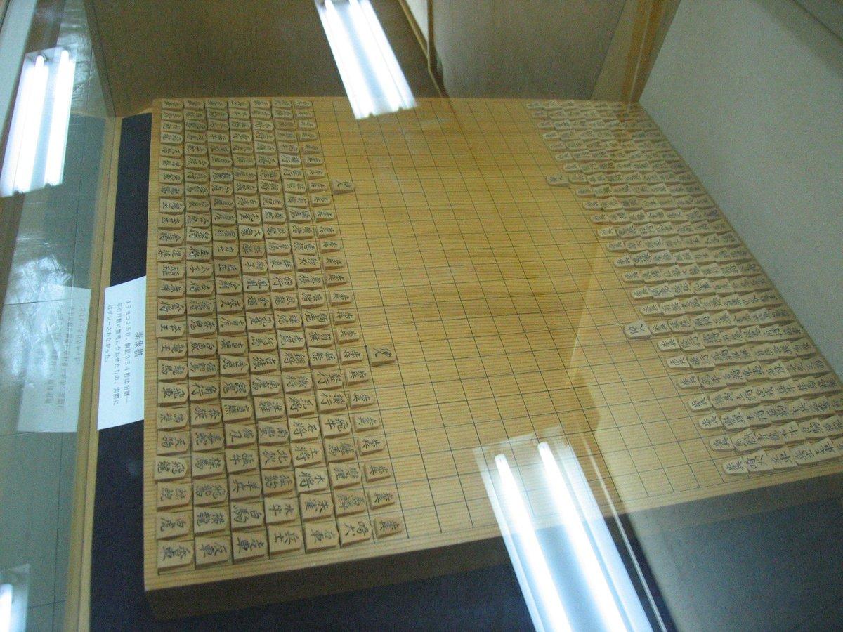 きょうは将棋の日だそうです。関西将棋会館にあった昔の大きな将棋。「盲虎」や「奔獏」、「猫刃」、「悪狼」、「變狸」って……少し中二病のかおりもする幻想動物の宝庫。どんな裏能力を備えているのか気になる。 pic.twitter.com/oGMpkZ2Twt