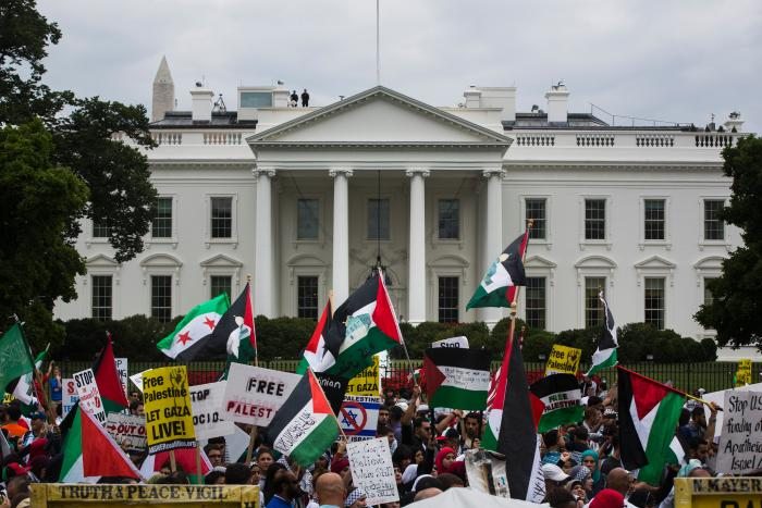 백악관 앞에 시위하러 가면 총을 쏘는가? https://t.co/xwSV41hSbV