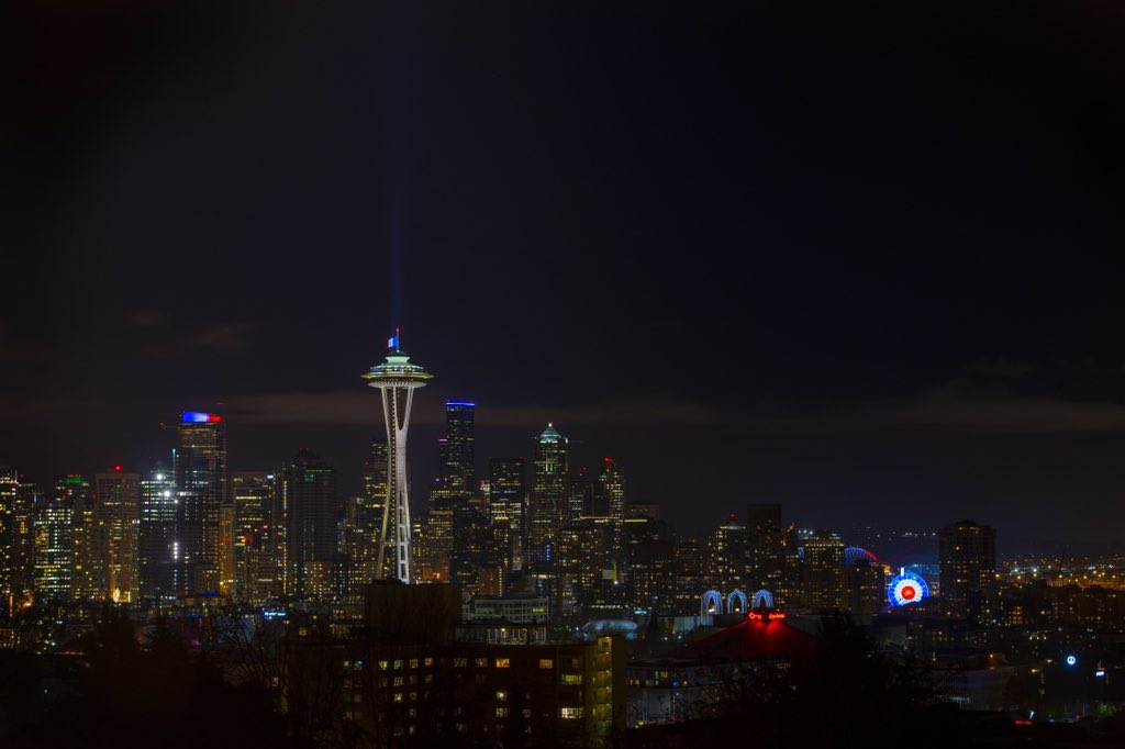 Seattle shows support for #Paris last night https://t.co/koSLLReBEv