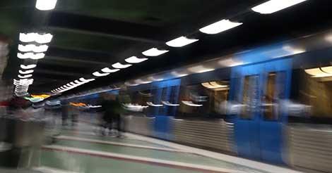 Soldater med vapen tar tunnelbanan