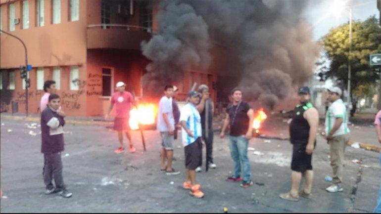"""Los """"Universitarios de CFK"""" sitiando al nuevo intendente de Concepción, Tucumán! """"El legado""""! https://t.co/05zzPRtqKd"""