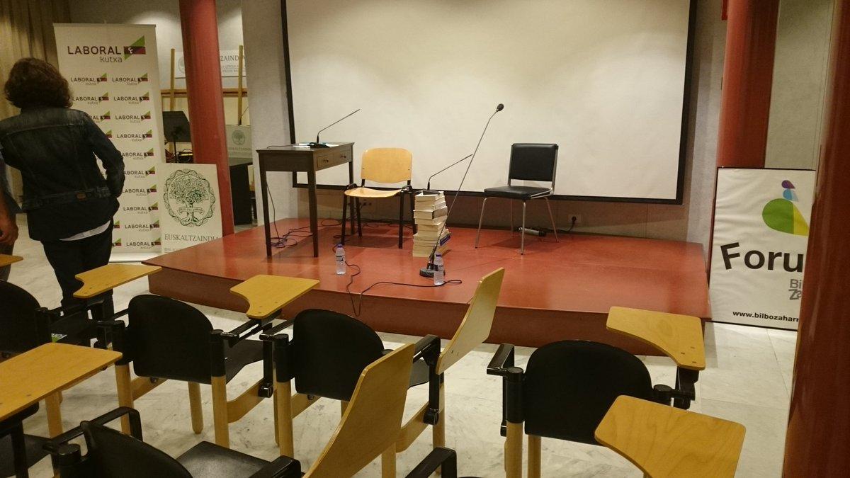 Gaurko Bilbo Zaharra #Forum jardunaldia hasteko prest. #kirmenuribe eta #mikelurdangarin izango ditugu gurekin.