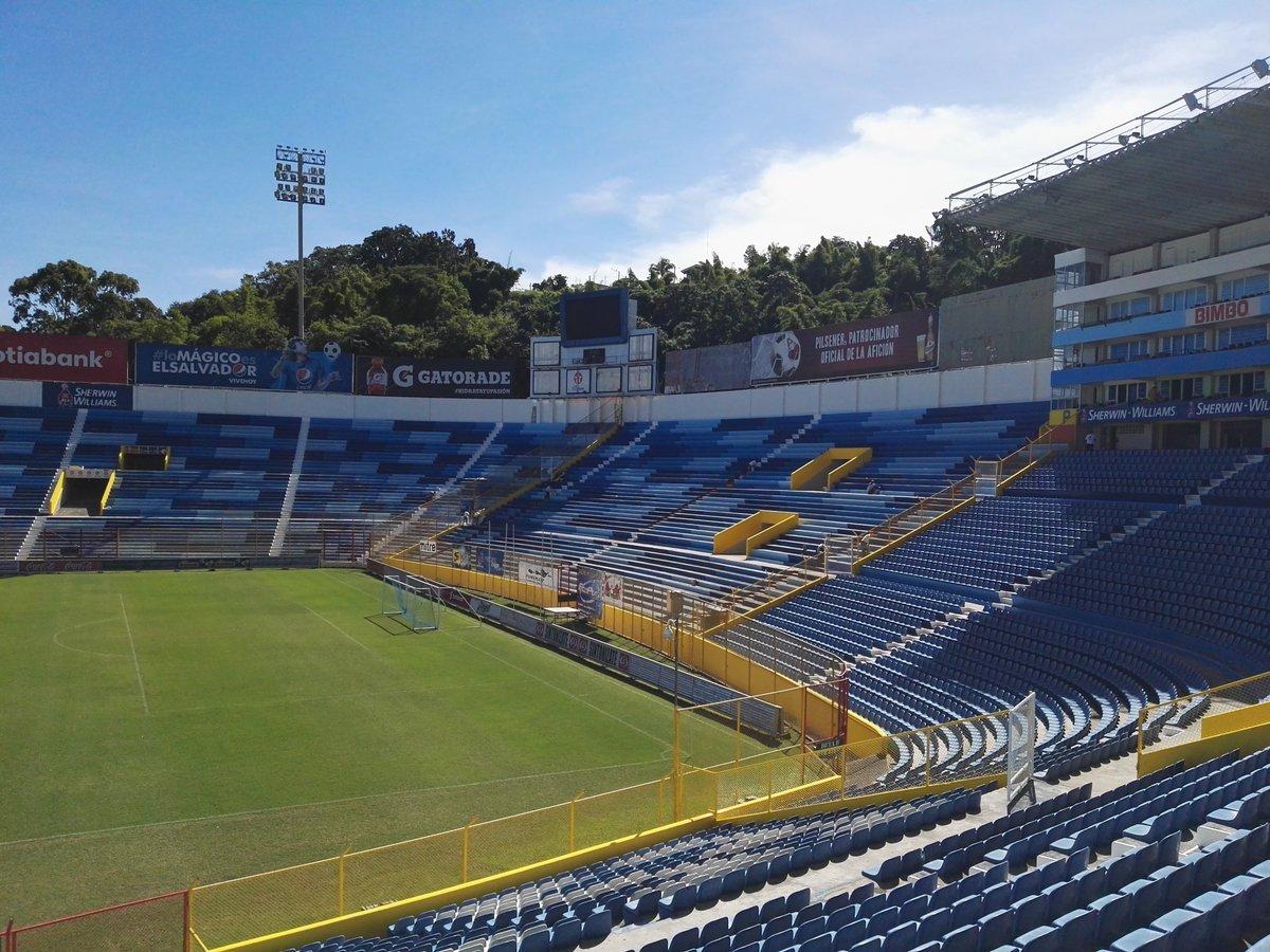 Estadio Cuscatlan es pintado de azul y blanco. CTdhZrmUEAEw1SF