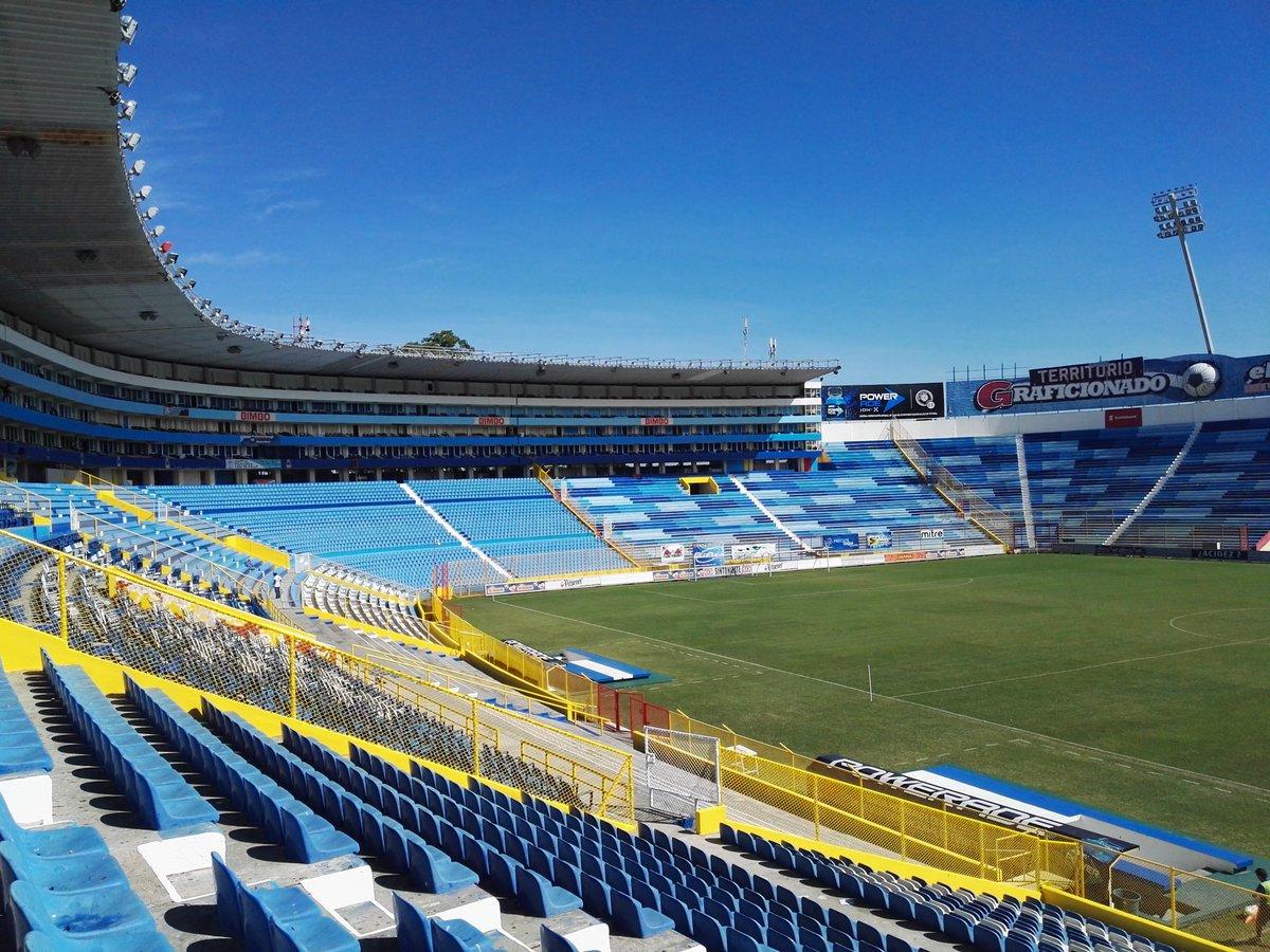 Estadio Cuscatlan es pintado de azul y blanco. CTdhp7KUAAAJxoF