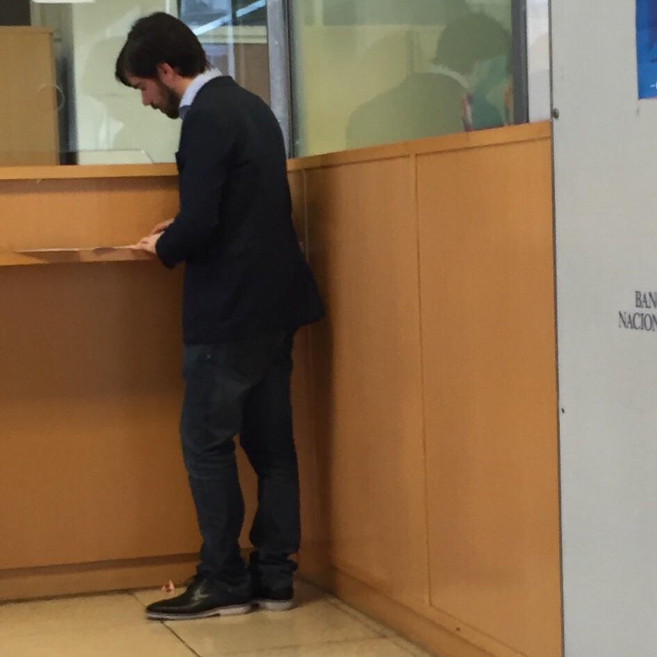 Una amiga se encontró a Del Caño comprando dólares en un Banco Nación y le sacó esta foto https://t.co/yleNq2aEKR