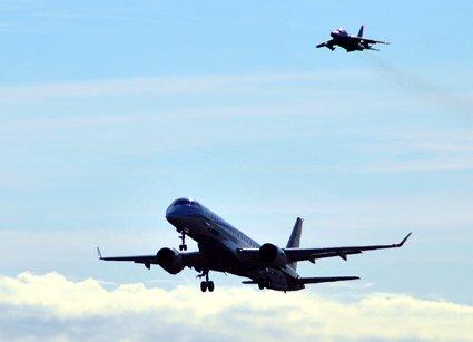 三菱航空機と三菱重工が開発中の国産旅客機MRJの飛行試験1号機が11月11日、初飛行を実施。午前9時30分過ぎに県営名古屋空港からテイク・オフ。随伴機として三菱重工のビーチ400Aと岐阜基地のTー4を従え、約1時間の試験飛行を実施。 https://t.co/d4Tgivo1zp