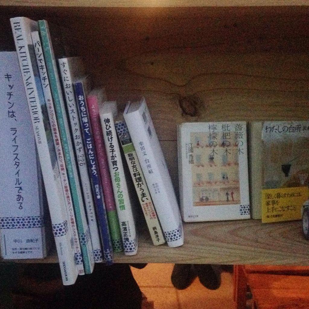 今日から始まった、アウトドアライブラリー。 #キッチンはライフスタイルである な本が並んでいます。 他の方の本棚も楽しそう。 ぜひ、東遊園地に足を運んでくださいね!! https://t.co/sW7tyfdK4Y https://t.co/jypOywko36