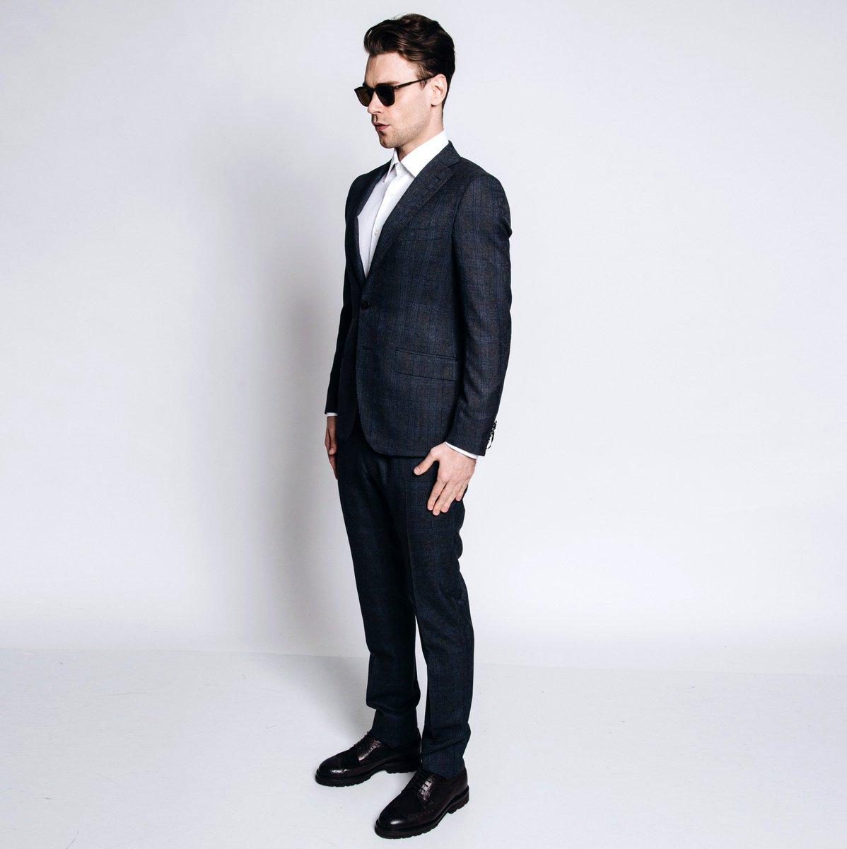 На модели – костюм Tonello, рубашка Barba Napoli, обувь Brunello Cucinelli. Купить онлайн: https://t.co/C2X0K2qLmw https://t.co/xtbxEd1w9G
