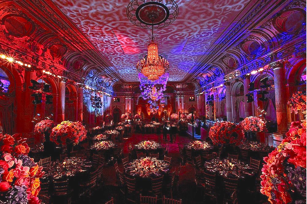 This bride & groom decided to show their colorful side for their wedding at @ThePlazaHotel! #WeddingWednesday https://t.co/ccva1LNX9w