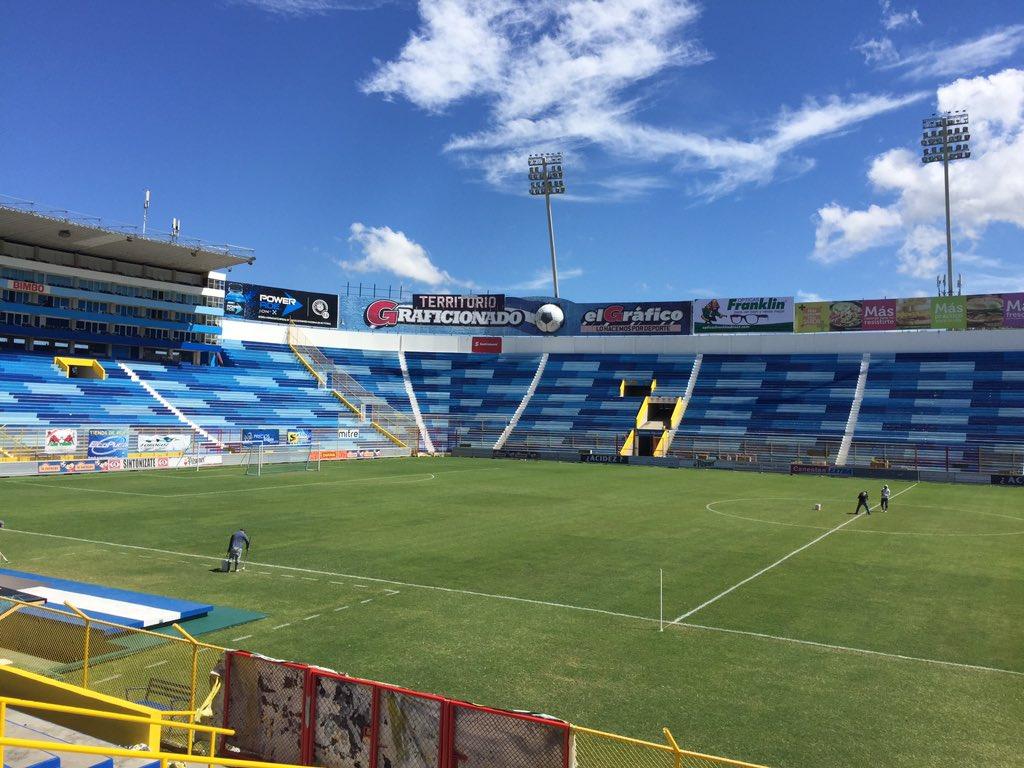 Estadio Cuscatlan es pintado de azul y blanco. CTi7eKhUkAAHrUg