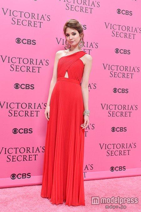 赤いドレスの瑛茉ジャスミン