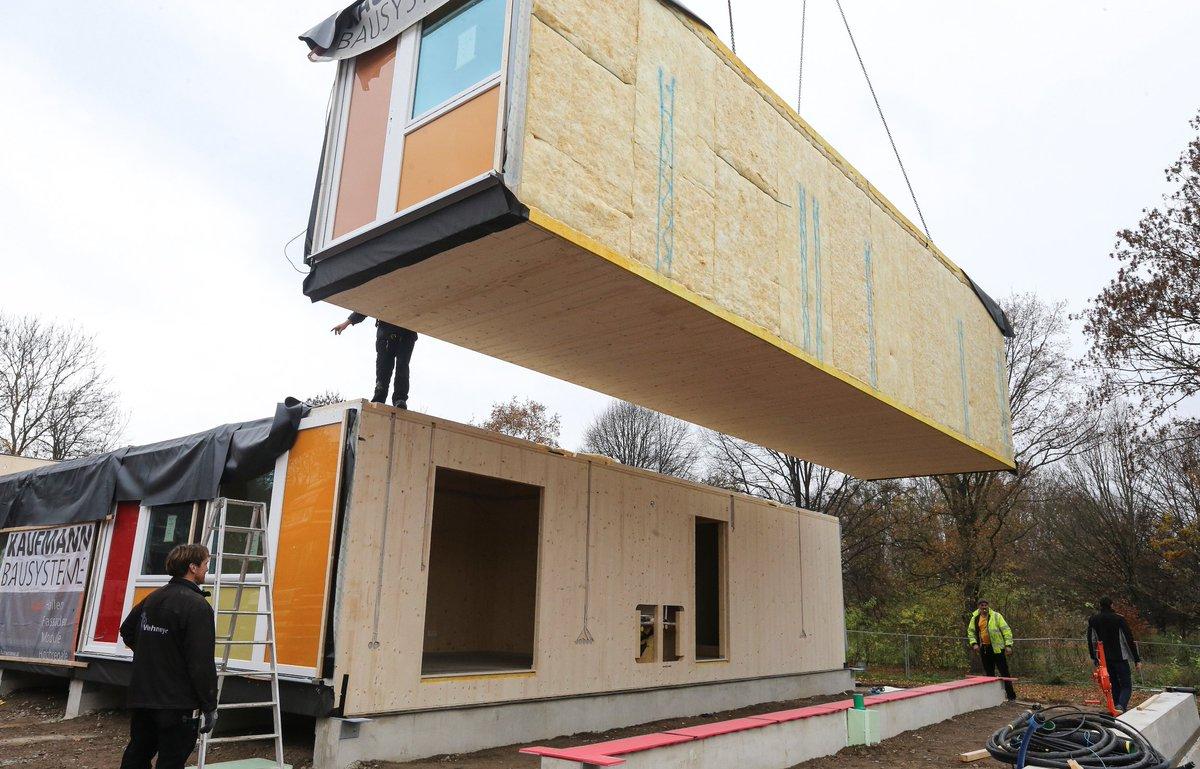 in linden nord werden zurzeit wohncontainer f r fluechtlinge aufgebaut aus holz. Black Bedroom Furniture Sets. Home Design Ideas