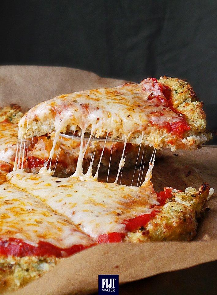 用椰菜花做薄餅餅底,又一個健康選擇。 Try cauliflower base instead of pizza dough for a healthy & yummy treat! #EarthsFinest #FIJIWater https://t.co/V46vLHZjic