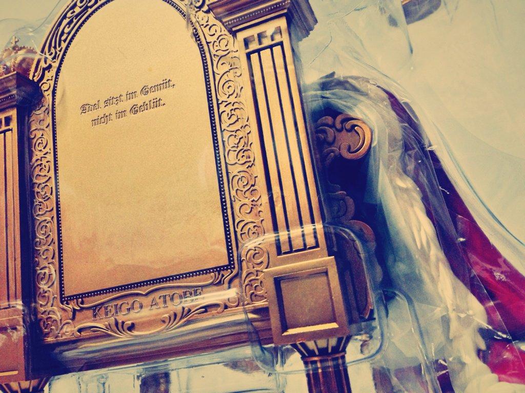 アルターの跡部様フィギュア、玉座の裏側に何か彫られてるからよく見たら跡部様の座右の銘「高貴さは血筋にあらず、心にあり」がしっかりドイツ語で彫られてるの、嬉しすぎて思わず声にならない歓喜の悲鳴漏らした