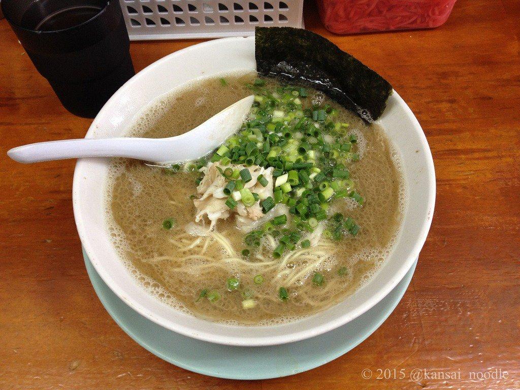 【しぇからしか】(兵庫・仁川)地域向けのアレンジを一切せず、昔ながらの博多ラーメンの様式を踏襲するラーメン(\650)は、濃厚ながらサラッとした口当たりの灰白色のスープと極細麺、薄切チャーシューが渾然一体となった味わい。